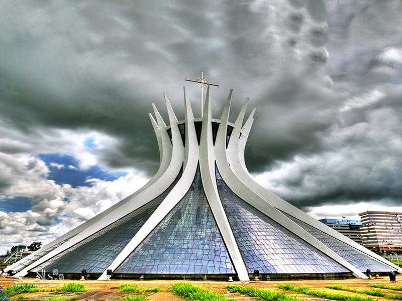 کلیسای جامع شهر برزیلیا شبیه به تاج خار مسیح است.