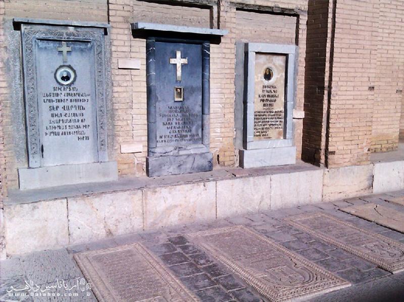 قبرهای سرباز ارمنی و پیشوای ارمنی در کلیسا وانک