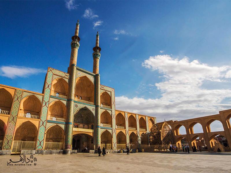 مجموعه  امیرچخماق شامل بازار، مسجد، آبانبار، بقعه و میدان است.