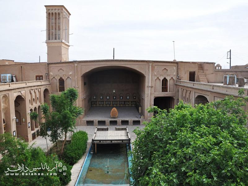 خانه لاریها و بادگیر بلند آن از بناهای مشهور شهر یزد است.