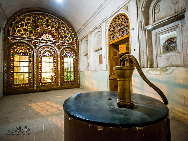 موزه آب در خانه تاریخی کلاهدوزها در نزدیکی میدان امیر چخماق قرار دارد و جزو آثار ملی ایران است.