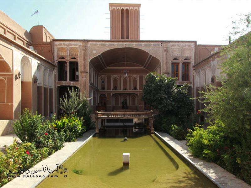 موزه سکه و مردمشناسی حیدرزاده در عمارت عربزاده یزد قرار دارد.