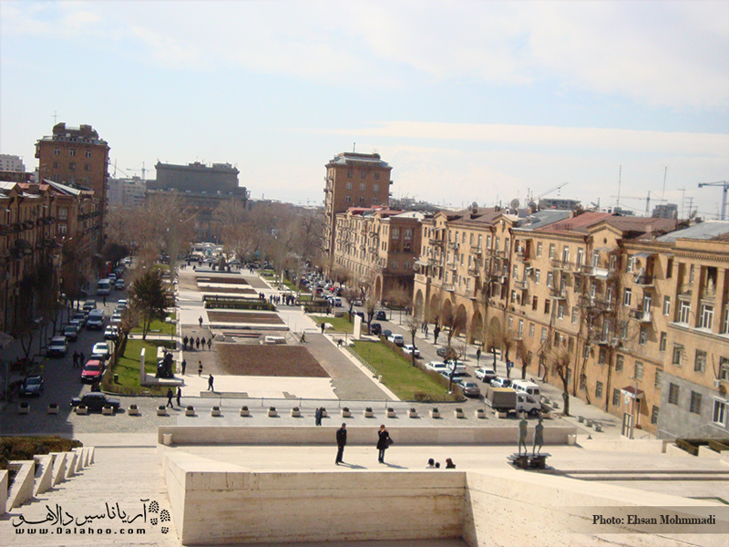 اگر از کاسکاد بالا بروید قسمتهای زیادی از شهر ایروان را خواهید دید.