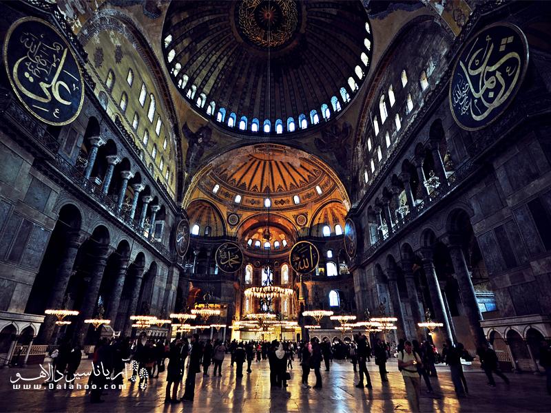 قبل از ورود به مساجد ترکیه بهتر است لباس پوشیده به تن کرده و موهای خود را بپوشانید.