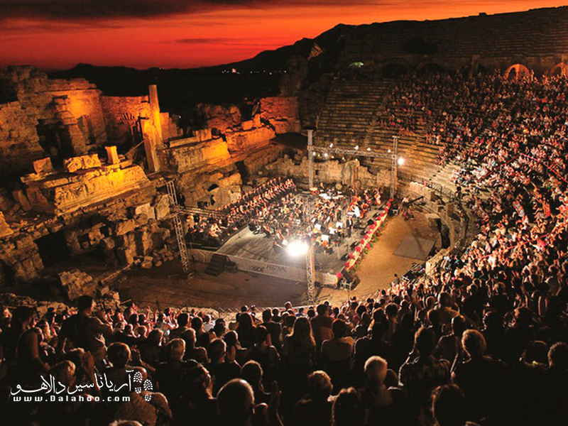 فستیوالهای اپرا و باله اسپندوس به یادماندنی است.