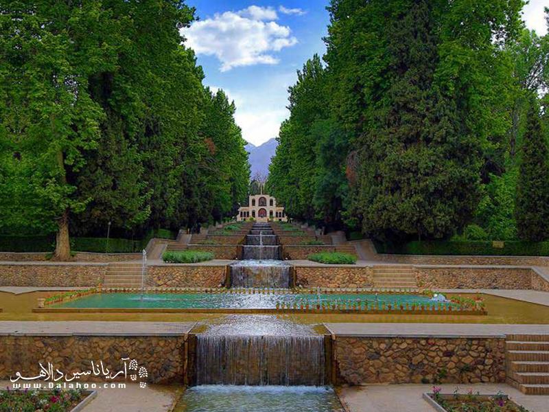 تا باغ شاهزاده ماهان را از نزدیک نبینید، باورتان نخواهد شد که چنین باغ مصفایی درست وسط کویر خانه کرده باشد.