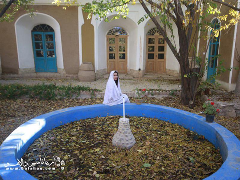 اقامتگاه بومگردی ماهان خانهای خشت و گلی در باغی مصفا است.