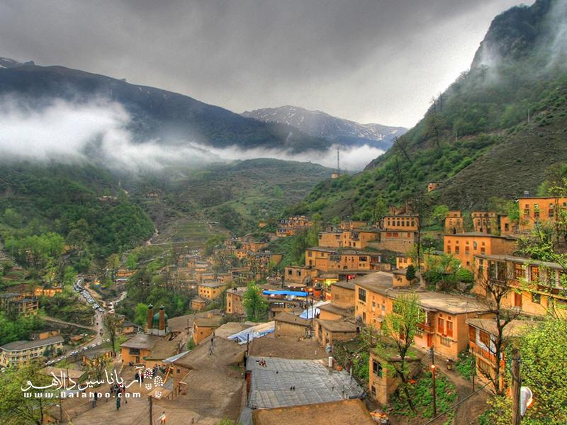 ماسوله، روستایی دوستداشتنی در دل ارتفاعات گیلان، که بیشتر از هرچیز به خانههای خشت و گلی و پلهایاش معروف است.