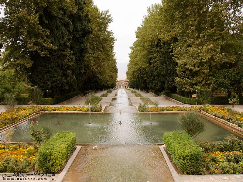 یکی از جاذبههای محبوب این شهر، باغ شازده ماهان است.