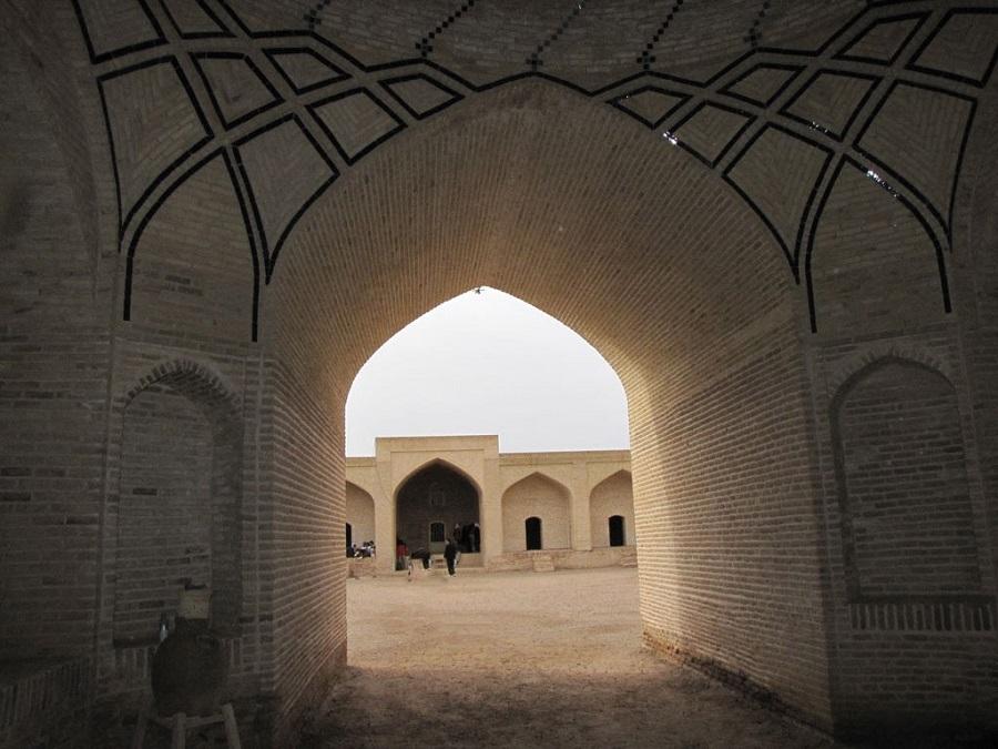 کاروانسرا از چندین اتاق و شاهنشین تشکیل شده است.