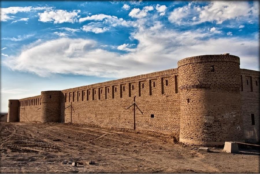 کاروانسرای مرنجاب در کویر مرنجاب مُشرف بر دریاچه نمک بر سر یکی از راههای اصفهان به ری و خراسان بوده است.