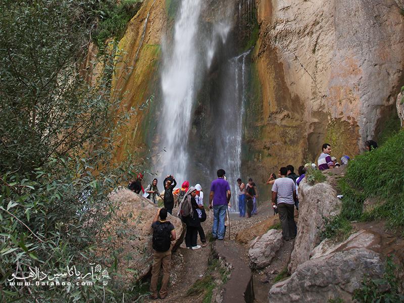 آبشار دیدنی شاهان دشت در دل روستایی به همین نام خانه دارد.