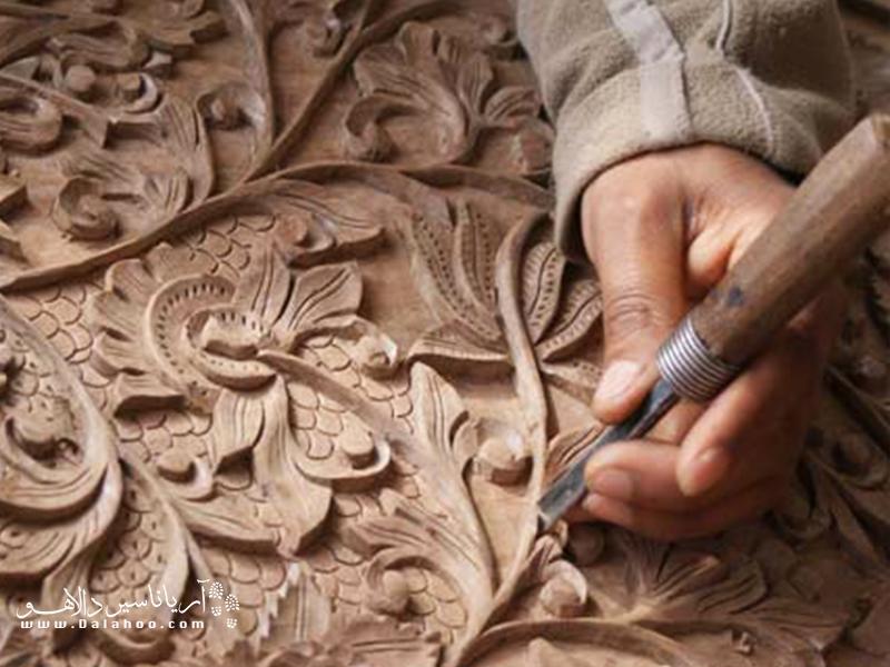 نقشهایی که با زحمت و ظرافت روی چوب نقش میبند.