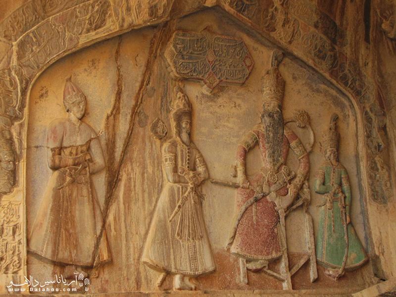 در سنگ نگاره مربوط به دوره قاجار محمدعلی میرزادر حالت نشسته دیده میشود.