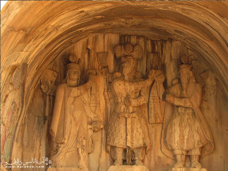 تصویر سنگ نگاره مربوط به خسرو پرویز واقع در طاق بزرگ طاق بستان