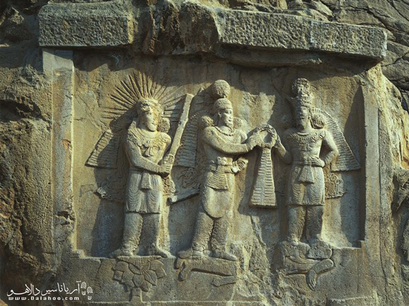 طاق کوچک یا ایوان کوچک و تاجگذاری اردشیر دوم؛ در زیر پای اردشیر ژولیان امپراطور را میبینید