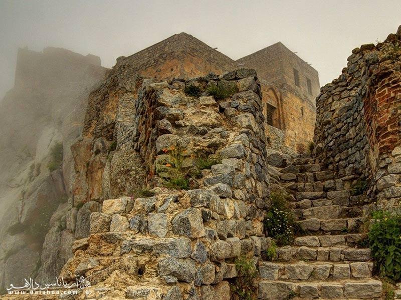 پله های ورودی قلعه بابک