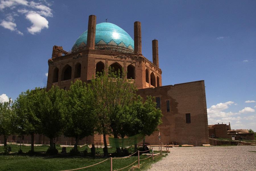 گنبد عظیم سلطانیه به صورت یک هشت ضلعی بنا شده است.