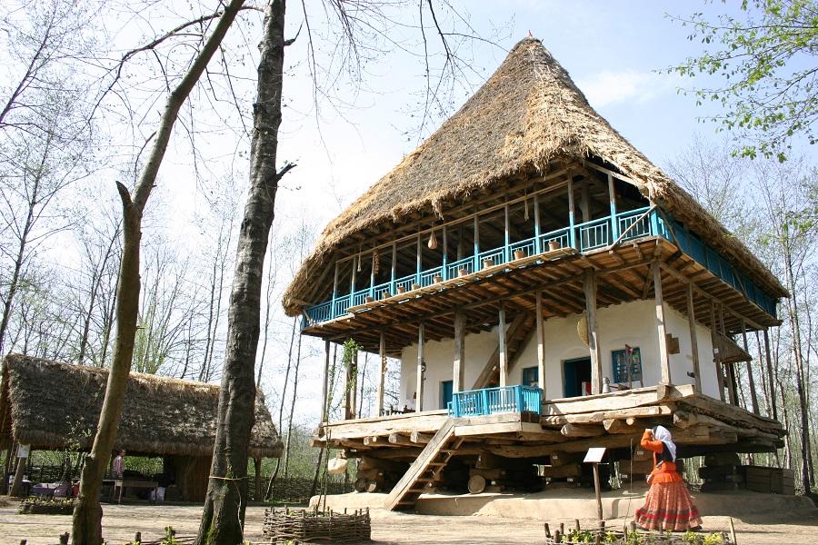 اگر گذارتان به این موزه بیفتد علاوه بر معماری روستایی مناطق مختلف استان، ابزارهای زندگی و کار، خوراک، پوشاک و... را هم خواهید دید