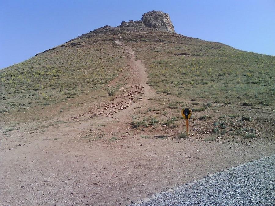 این کوه، هزاران سال پیش، بر اثر رسوب کانیهای آب دریاچه آن به وجود آمده است.