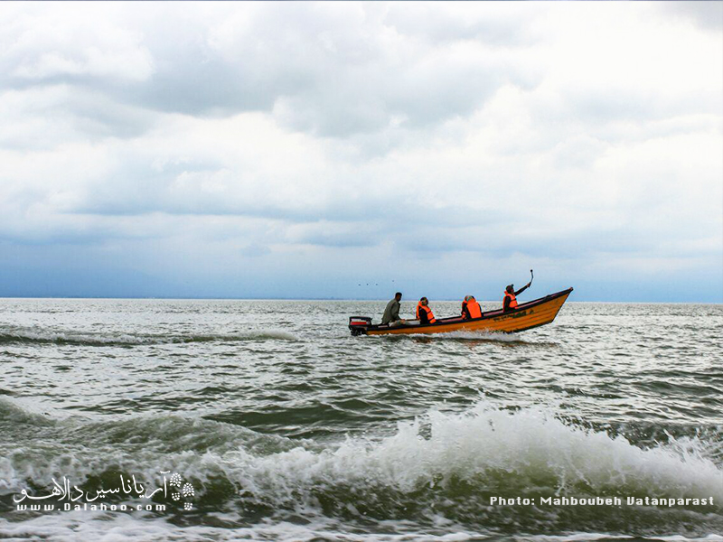 بهترین راه رسیدن به جزیره آشوراده، بندر ترکمن است. راهی اسکله بندر شده و از آنجا با قایق به سمت جزیره آشوراده بروید.