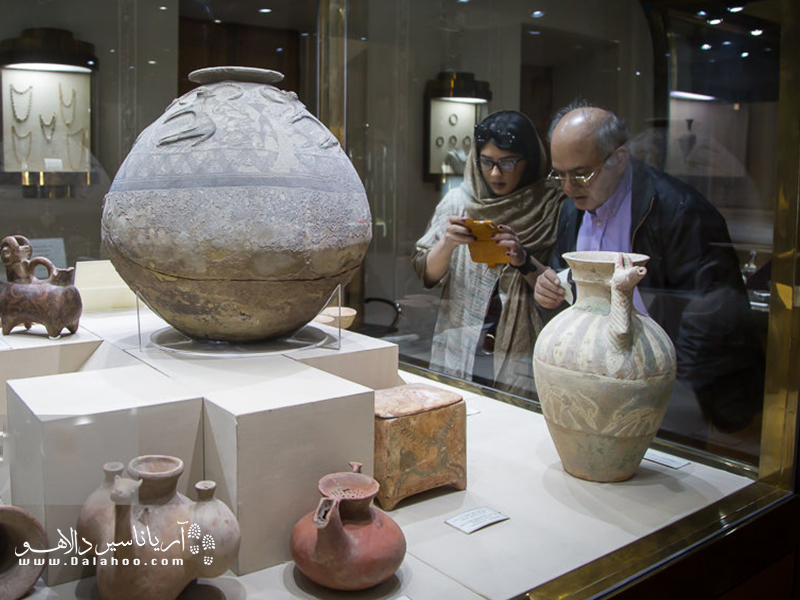 از بارزترین ویژگیهای طراحی داخلی موزه آبگینه باید به طراحی منحصر به فرد ویترینها و ایدههای ابتکاری که هولاین در این زمینه به کار گرفته، اشاره کرد.