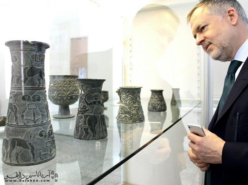 روی قطعات کشف شده از تمدن جیرفت، تصاویری از انسان، بز، گوسفند، نخل، مار و عقرب وجود دارد.