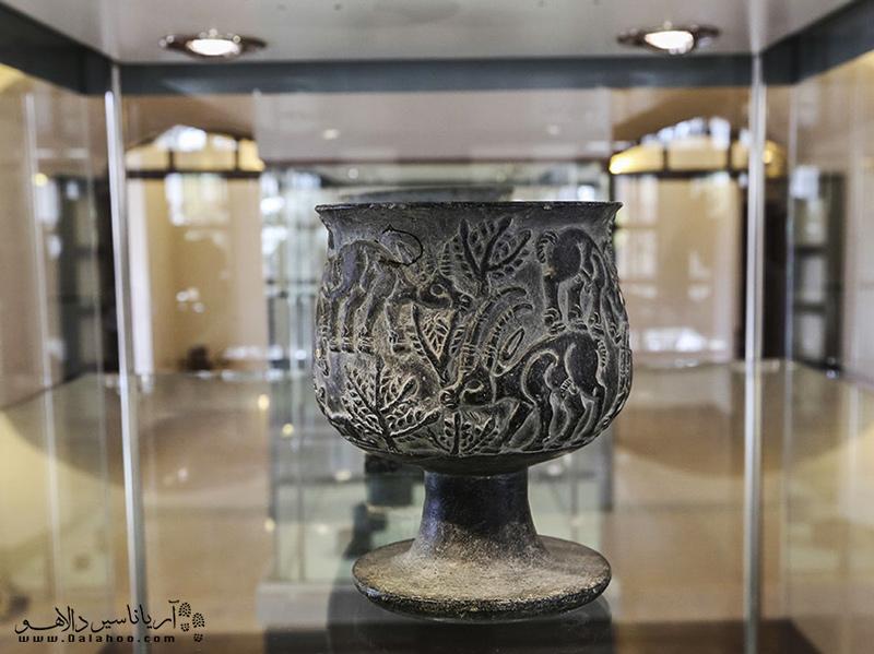 نمونهای از آثار هنری کشف شده از محوطه باستانی جیرفت.