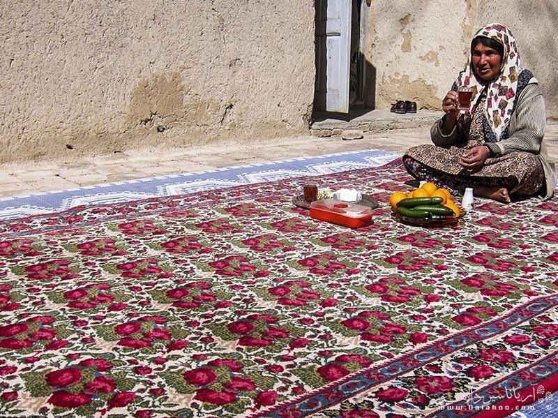 یکی از مشهورترین سوغات جیرفت قالی گل سرخ آن است.