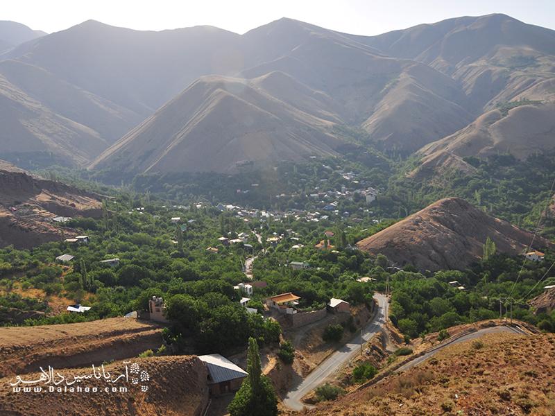 روستای برگ جهان از توابع لواسانات، دارای آبشاری زیبا است که با کوهپیمایی یک ساعته به آن خواهید رسید.