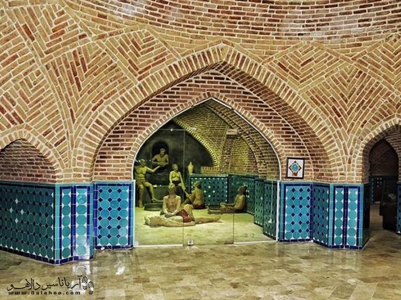 فضای داخلی حمام قجر قزوین شامل طاقها و گنبدهایی است که با رسمیبندی و یزدیبندیهای زیبایی تزیین شدهاند.