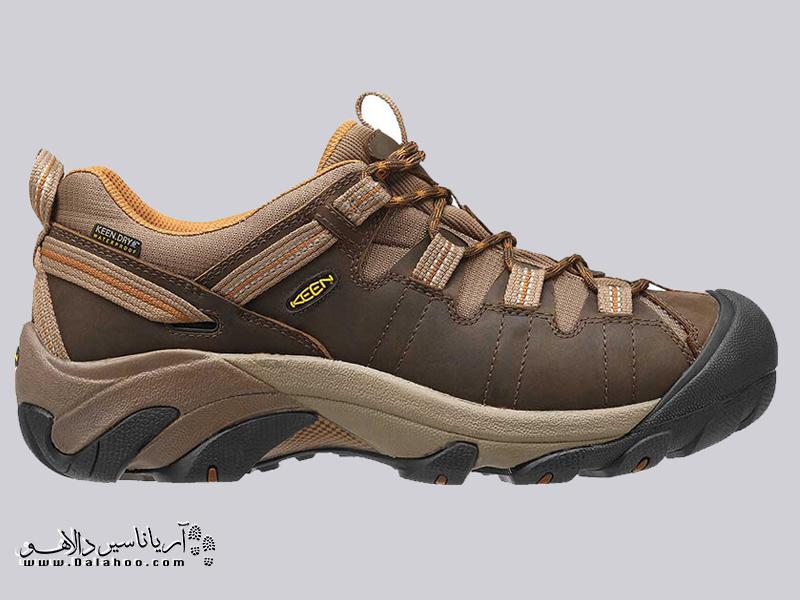 کفشهای راهپیمایی کفشهایی بدون ساق و بسیار سبک است.