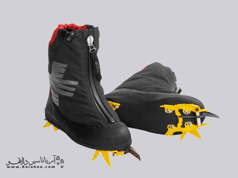 کفشهای یخ نوردی، کرامپونهای دائمی متصل به کف کفش دارند.