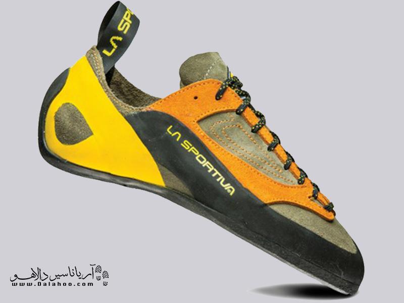 در منطقههایی که تنوع گستردهای از سنگها و دیوارههای سنگی است باید کفشی انتخاب کرد که بتواند هم از نظر لبههای کفش و هم از نظر خاصیت اصطکاک بر سنگ جوابگو باشد.