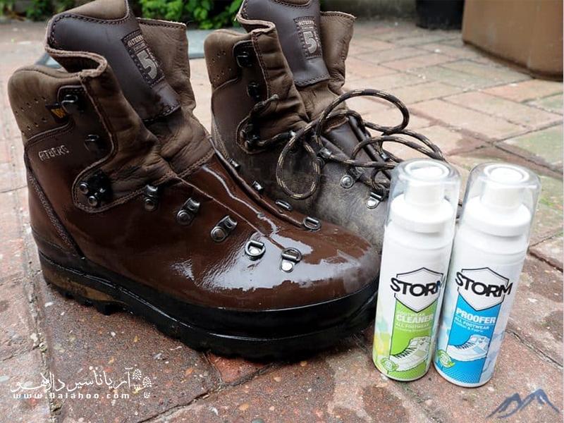 در صورتی که با کفش کوه خود درست راه بروید و آنها را تمیز نگه دارید، هم خاصیت ضدآب بودنشان را حفظ میکنند و هم دوام بیشتری خواهند داشت.