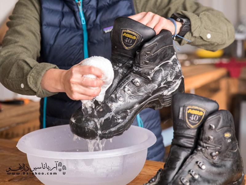با مسواک نرم، برس نرم یا اسفنج و آب سرد روی کفش را تمیز کنید.
