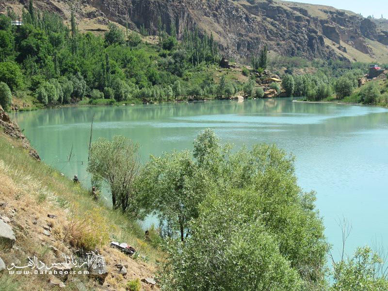 در نزدیکی آب اسک در جاده هراز دریاچهای به نام امامزاده علی قرار دارد.