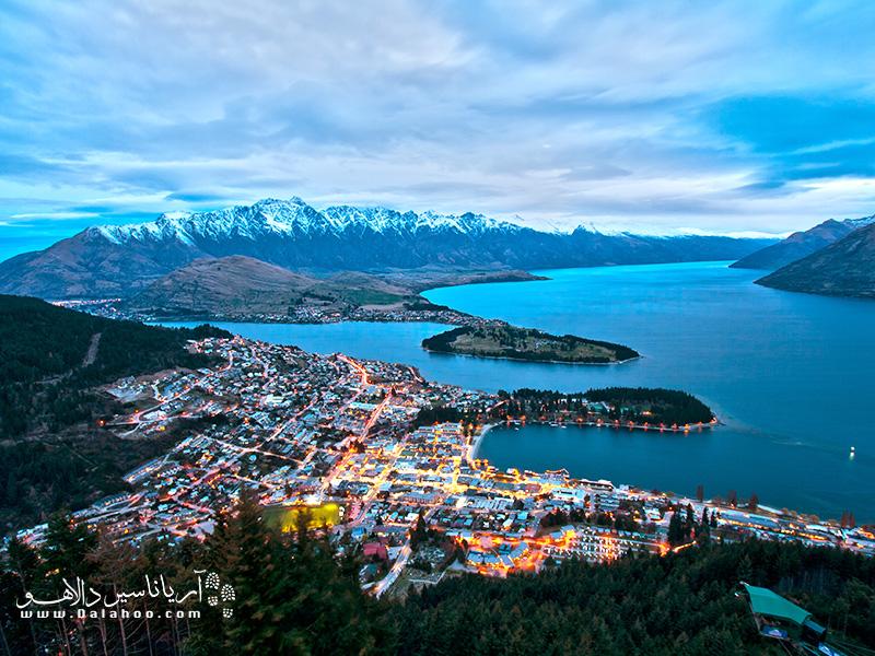 شهر کویین استوون (Queenstown) نیوزلند  در اطراف دریاچه زیبای واکاتیپو ساخته شده و منظره بینظیری دارد.