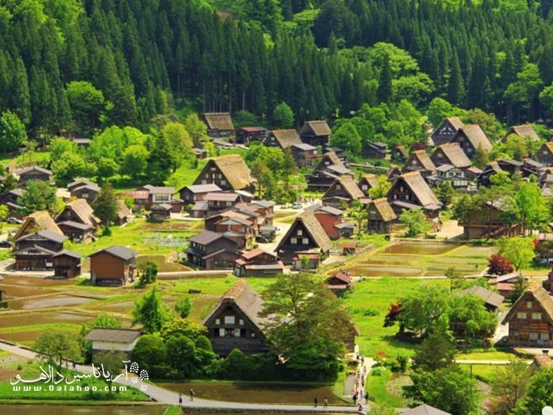 ین روستای قدیمی، با خانههایی با بامهای بسیار شیبدار شناخته میشوند، چراکه برخی از سنگینترین بارشهای برف جهان، در همین منطقه رخ میدهد.