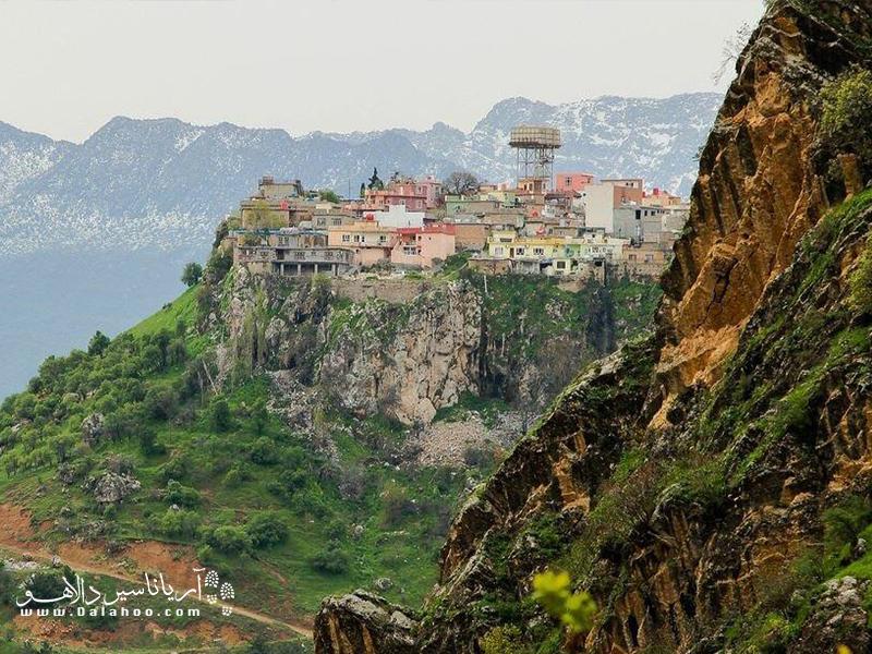 آمدی شهری است پر از خانههای رنگارنگ، در ارتفاع ۴۰۰۰ متری از سطح دریا.