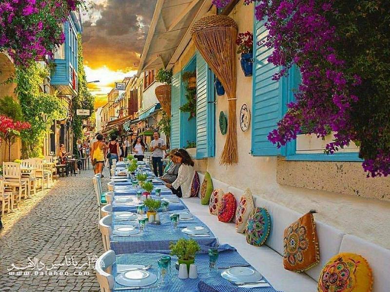 آلاچاتی شهری ساحلی و رویایی در منطقه اژهای ترکیه است.
