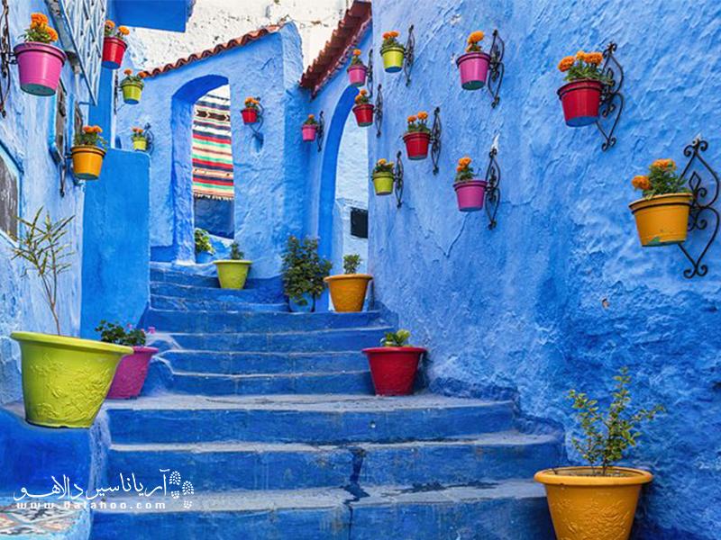 چفچائون با دیوارهای آبیاش معروف است.