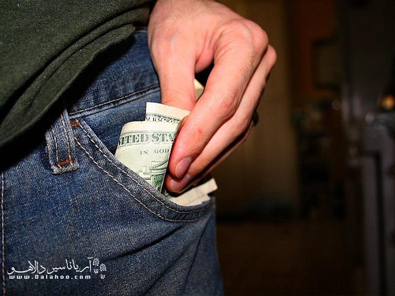 میتوانید از جیبهای داخل لباس یا کیفهایی استفاده کنید که قابلیت پنهان شدن زیر لباس را دارند.