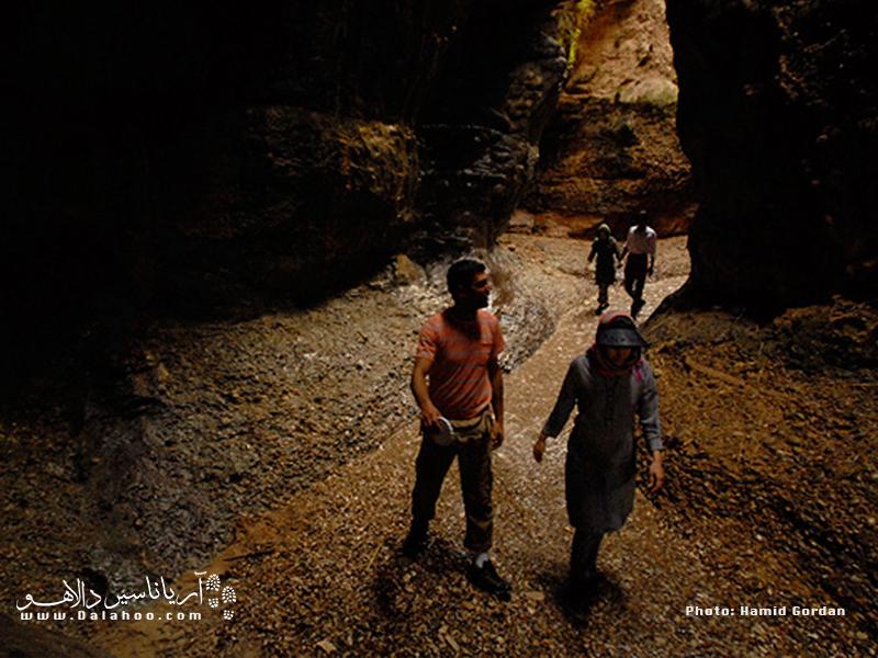 غار زینهگان یک تنگه است نه غار! بیش از یک کیلومتر مسیر روباز است