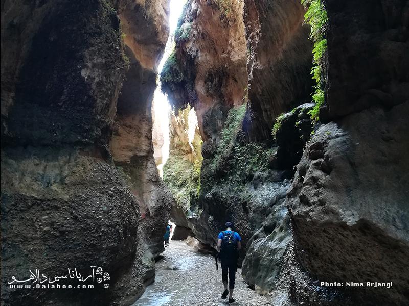 غار زینهگان در 5 کیلومتری جنوب شرقی شهر صالحآباد
