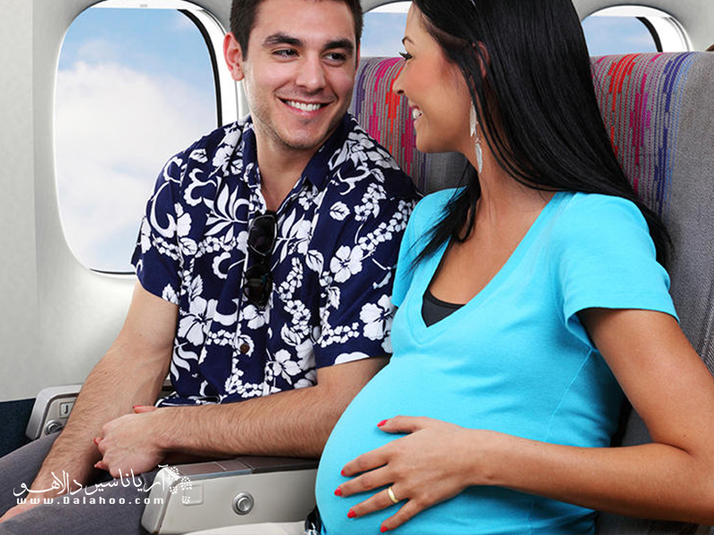 اگر با هواپیما سفر میکنید، به اندازه کافی آب بنوشید. بدن یک زن باردار در هر ۵ ساعت پرواز به یک لیتر آب نیاز دارد.