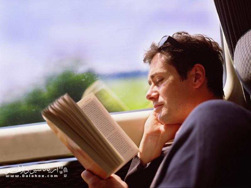 کتاب خواندن در شب، ذهنتان را از دغدغههای روزمره خالی و چشمهایتان را خسته میکند.