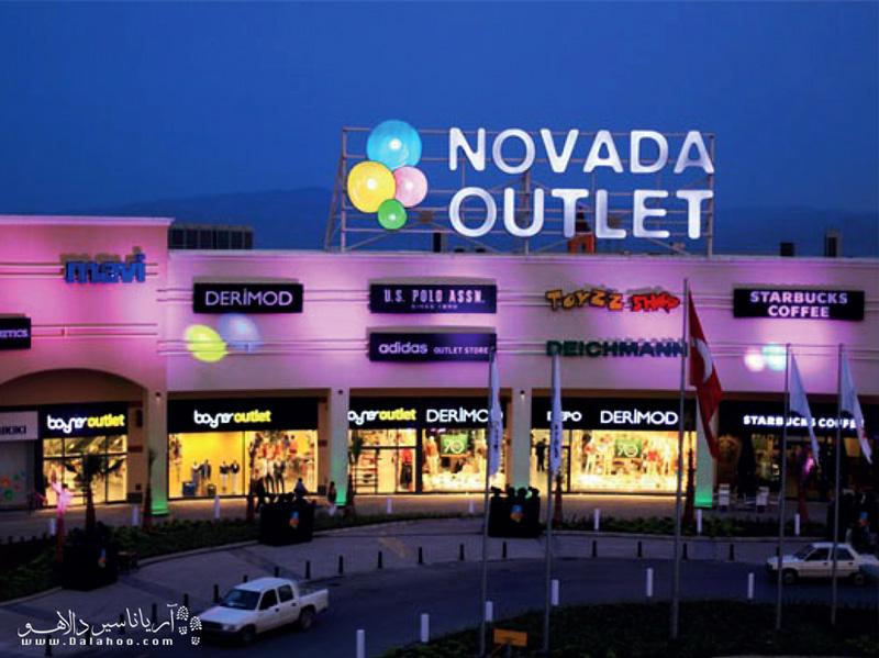 در مرکزخرید نوادا اوتلت، علاوهبر خرید انواع اجناس از لباس و کیف و کفش تا اسباببازی و لوازم خانگی، میتوانید از امکانات سرگرمی آن استفاده کنید.