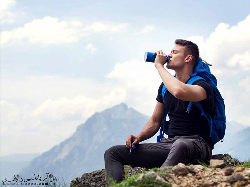 برای پیشگیری از سردردهای ناشی از کمبود آب در بدن، به میزان کافی آب بنوشید.