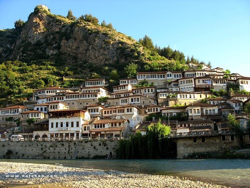 عدم صنعتی بودن آلبانی مانع از آلودگیهای شدید ناشی از صنعتی شدن شده است.
